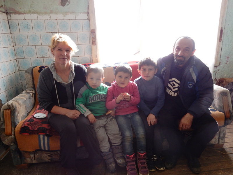 Troje dece živi u čatmari bez struje, vode, televizora..