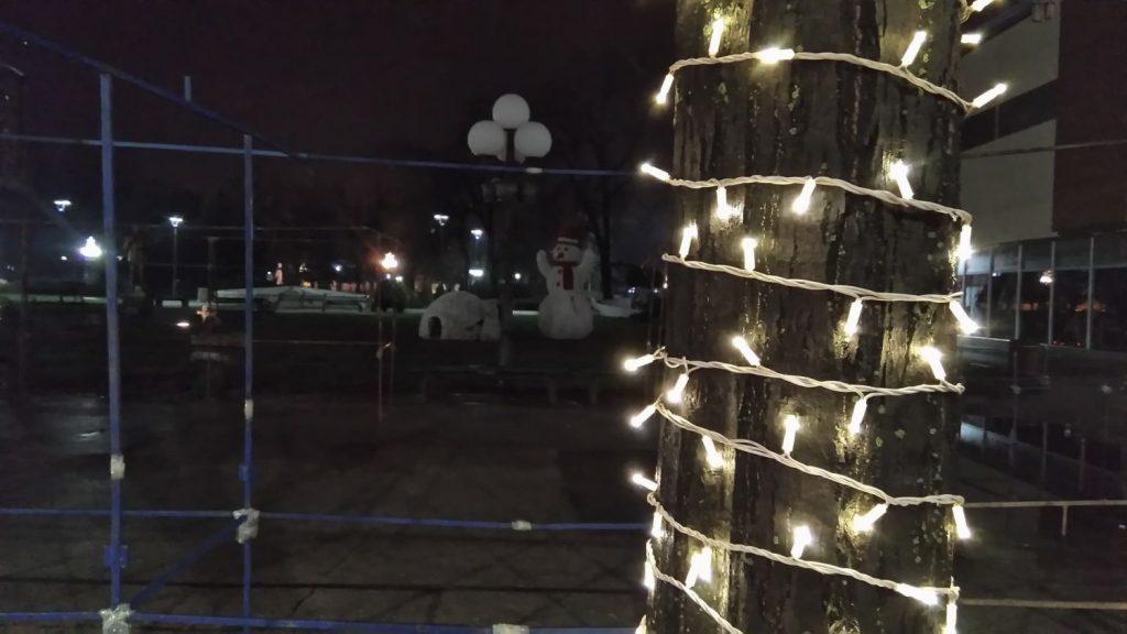 UŽAS U LESKOVCU: Dete umalo poginulo slikajući se pored novogodišnje rasvete u centru grada