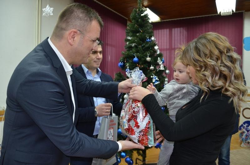 Goran Miljković delio paketiće i s mališanma kitio jelku