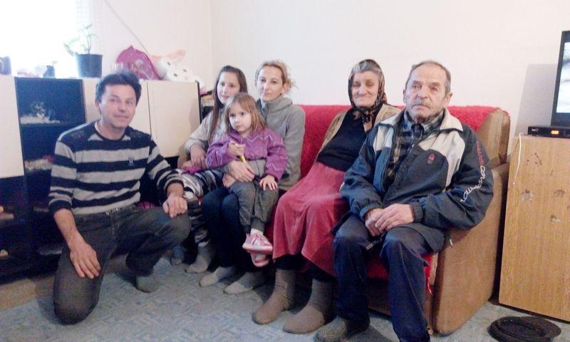 Muče se, ali uživaju s troje dece