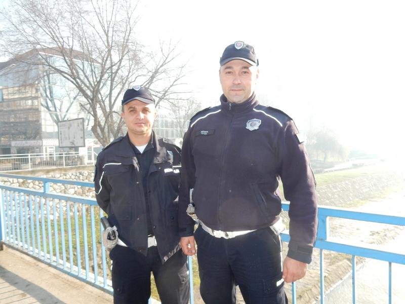 HEROJI Saobraćajni policajci sprečili skok mladića u Veternicu (VIDEO)