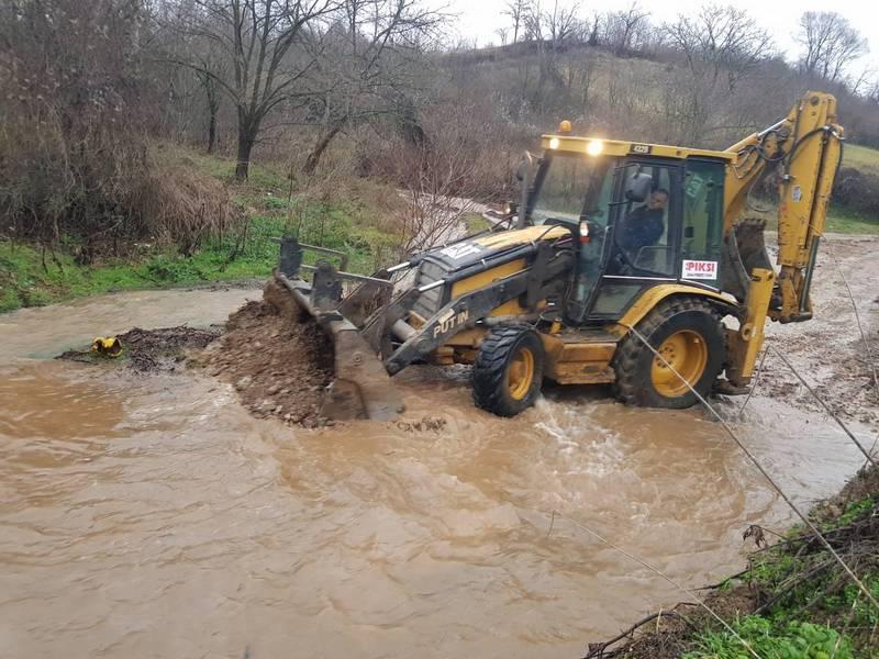 Odnešen deo puta, poplavljene oranice