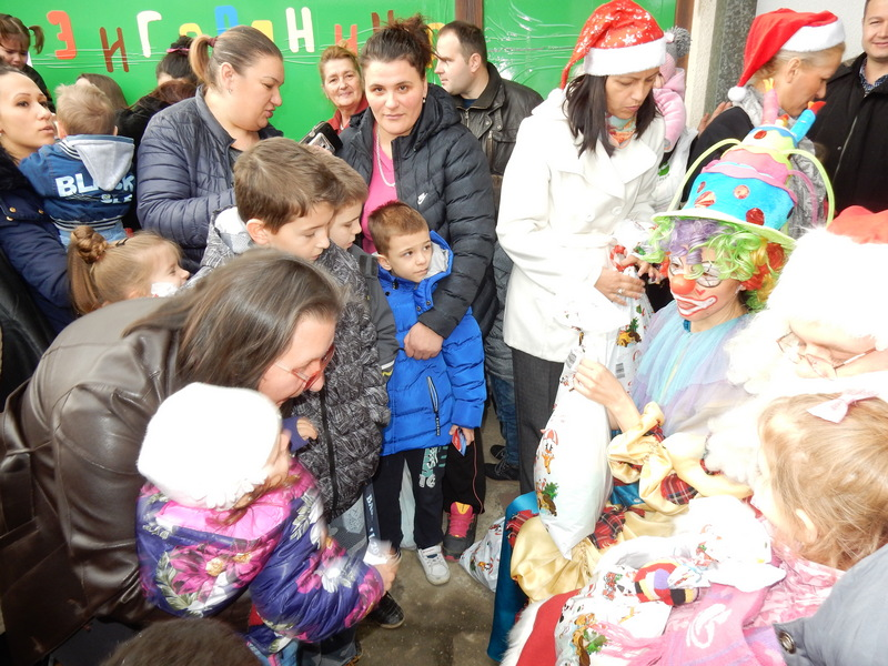 SNS deli novogodišnje paketiće u mesnim zajednicima