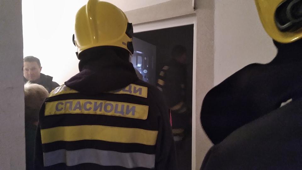 Vatrogasci izvukli povređenog čoveka iz kuće u plamenu