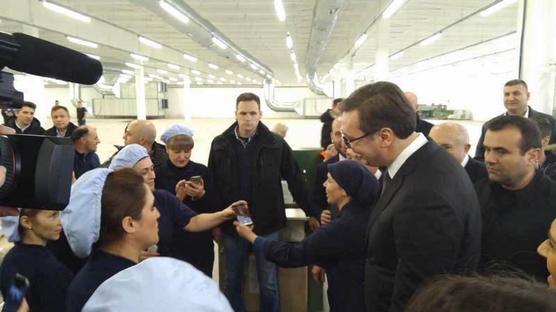 Vučić odradio selfi sa radnicama