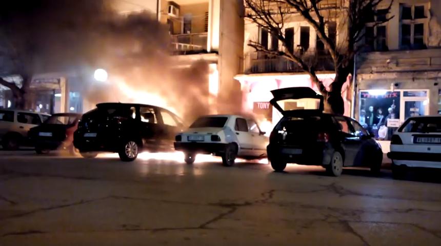 Izgorela tri automobila u centru Vlasotinca