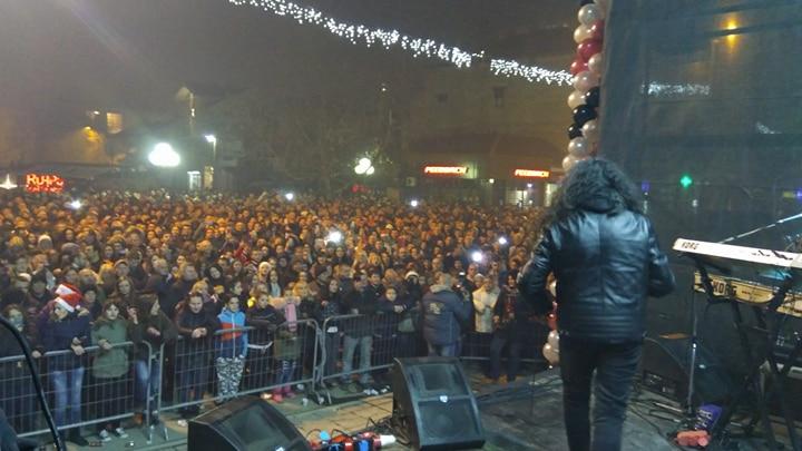 Preko dve hiljade Leskovčana na trgu dočekalo Novu godinu (VIDEO)