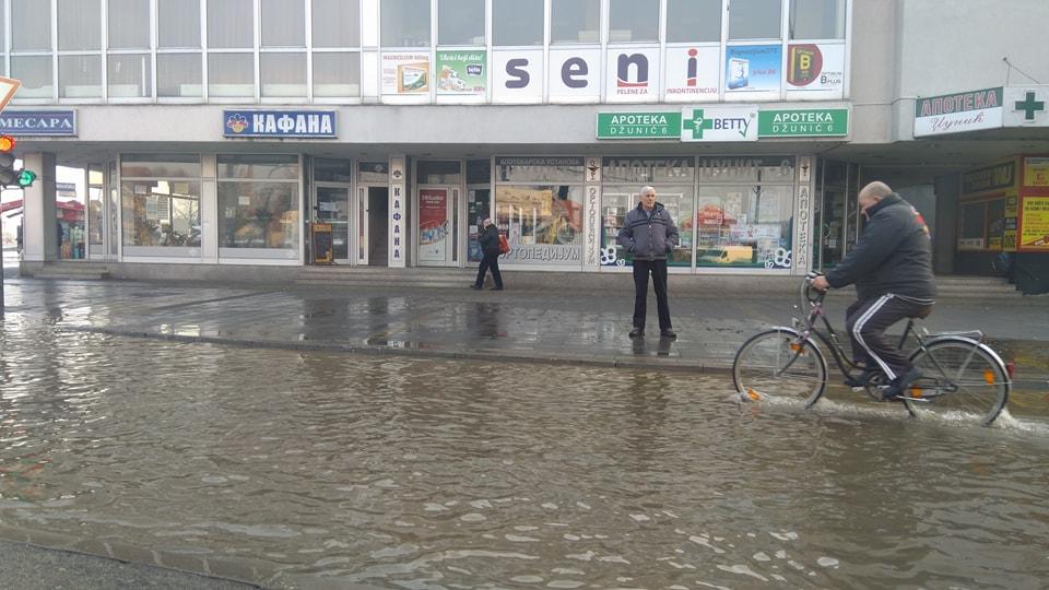 Pukla cev POPLAVA u centru Leskovca (FOTO)