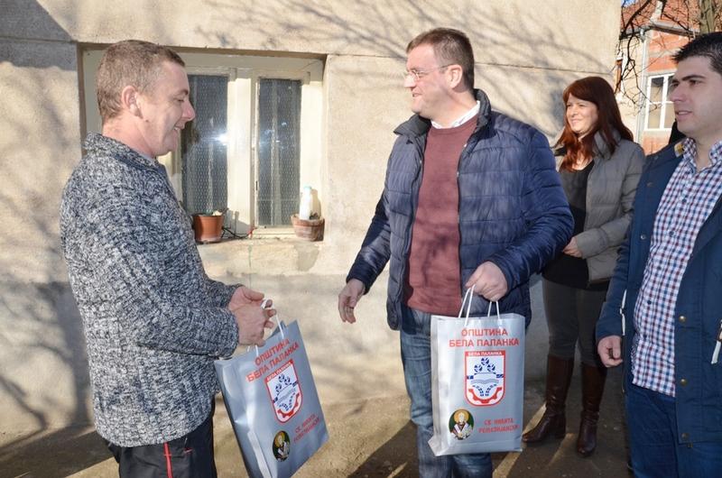 Miljković siromašnim porodicama darivao televizore i veš mašinu