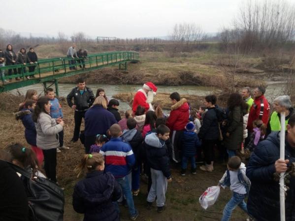 SNS Deda Mraz stigao u Donju Jajinu čamcem