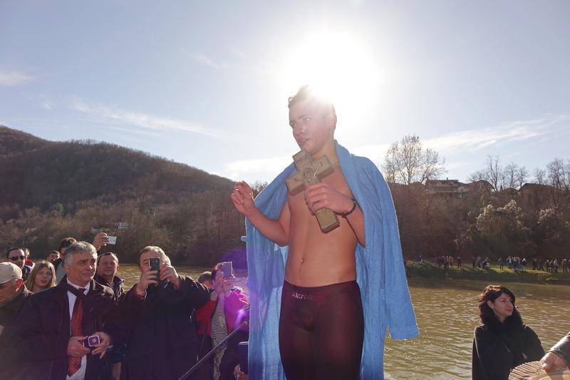 Petnaestogodišnji Luka iz Leskovca prvi do krsta u Vlasini (FOTO, VIDEO)
