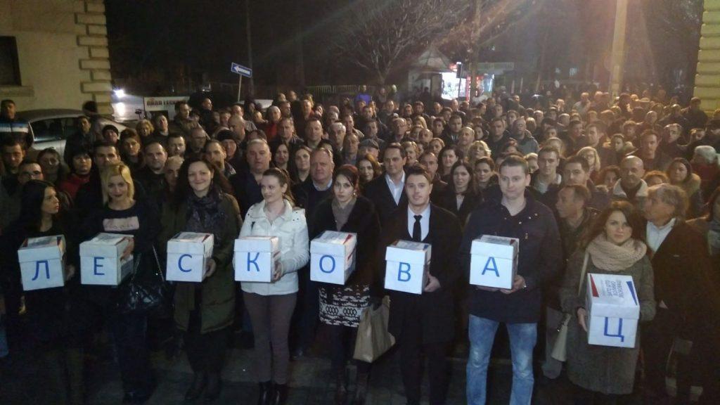 Nekoliko stotina naprednjaka, socijalista i članova Bolje Srbije večeras predalo prvu listu za izbore u mesnim zajednicama (VIDEO)