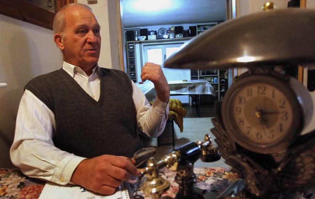 Neobični hobi ga održava u životu, a najveću kolekciju radio aparata u Srbiji čuva za unuka