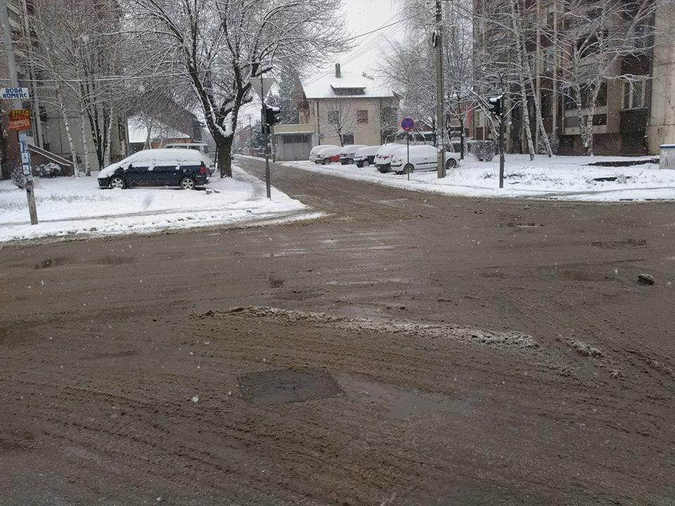 Sneg nije iznenadio putare, od ranog jutra bacaju so