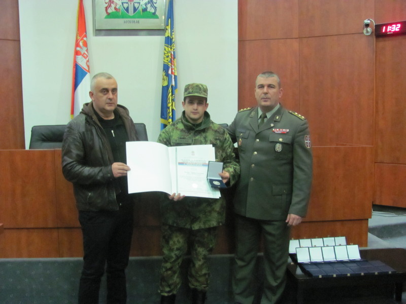 Dobrovoljno odslužili vojni rok, dobili značke i zahvalnice otadžbine