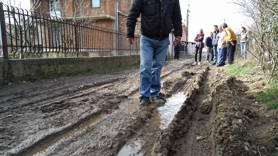Okruženi asfaltom grcaju u blatu