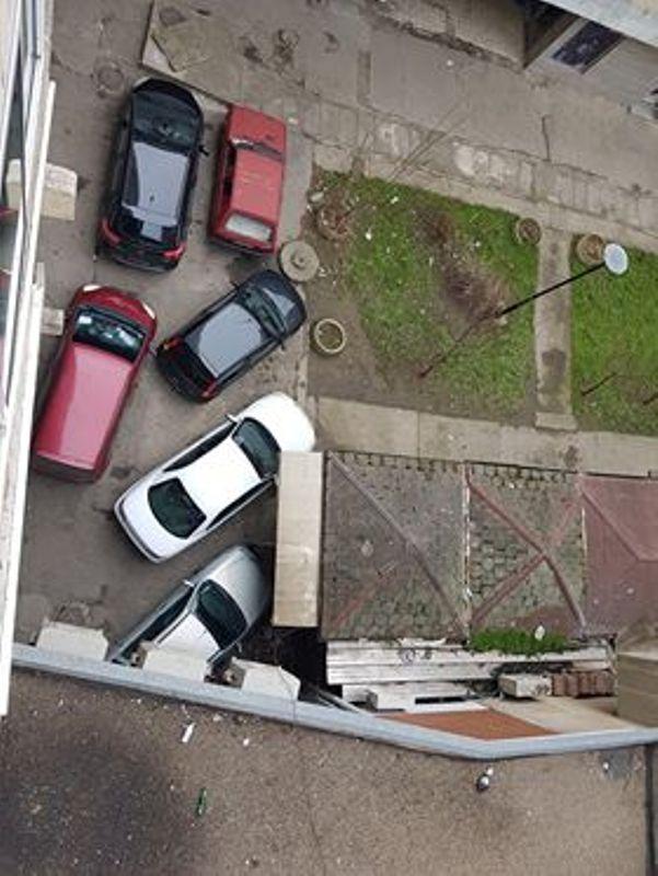 Nesavesnim parkiranjem blokirali celu zgradu
