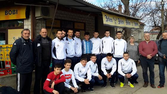 Lokalna radnja donirala trenerice fudbalerima iz svog mesta