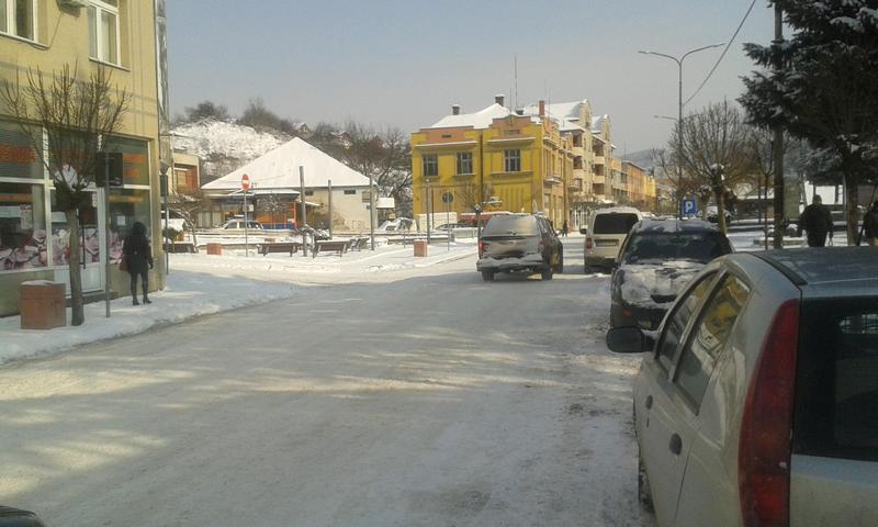 Automobili ometaju čišćenje snega