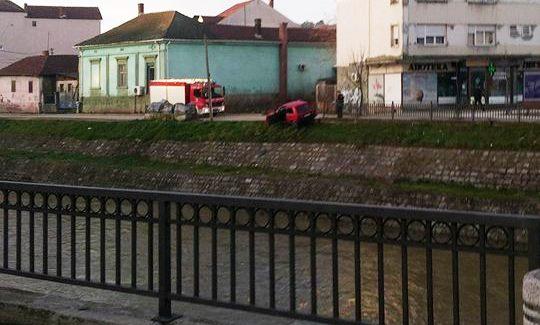 Iz reke ga izvlačili vatrogasci