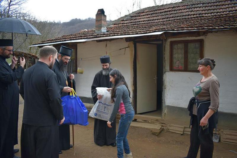 Vladika Arsenije poklonio kompjuter siromašnoj porodici iz Ravne banje