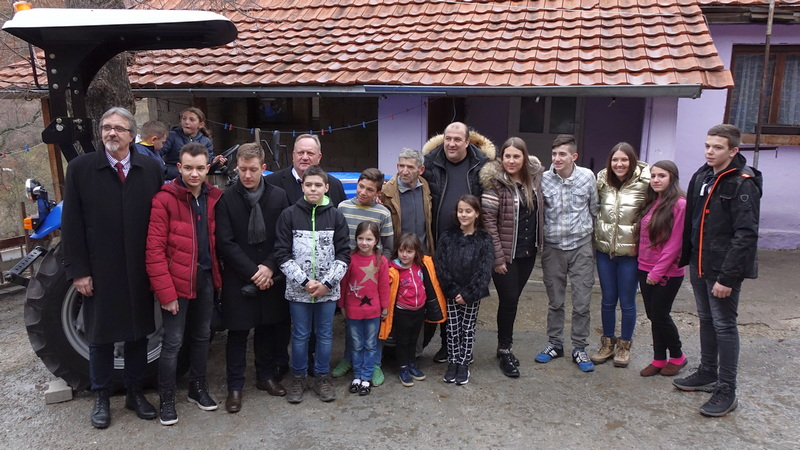 Leskovčanin donirao traktor porodici na Kosovu sa trinaestoro dece