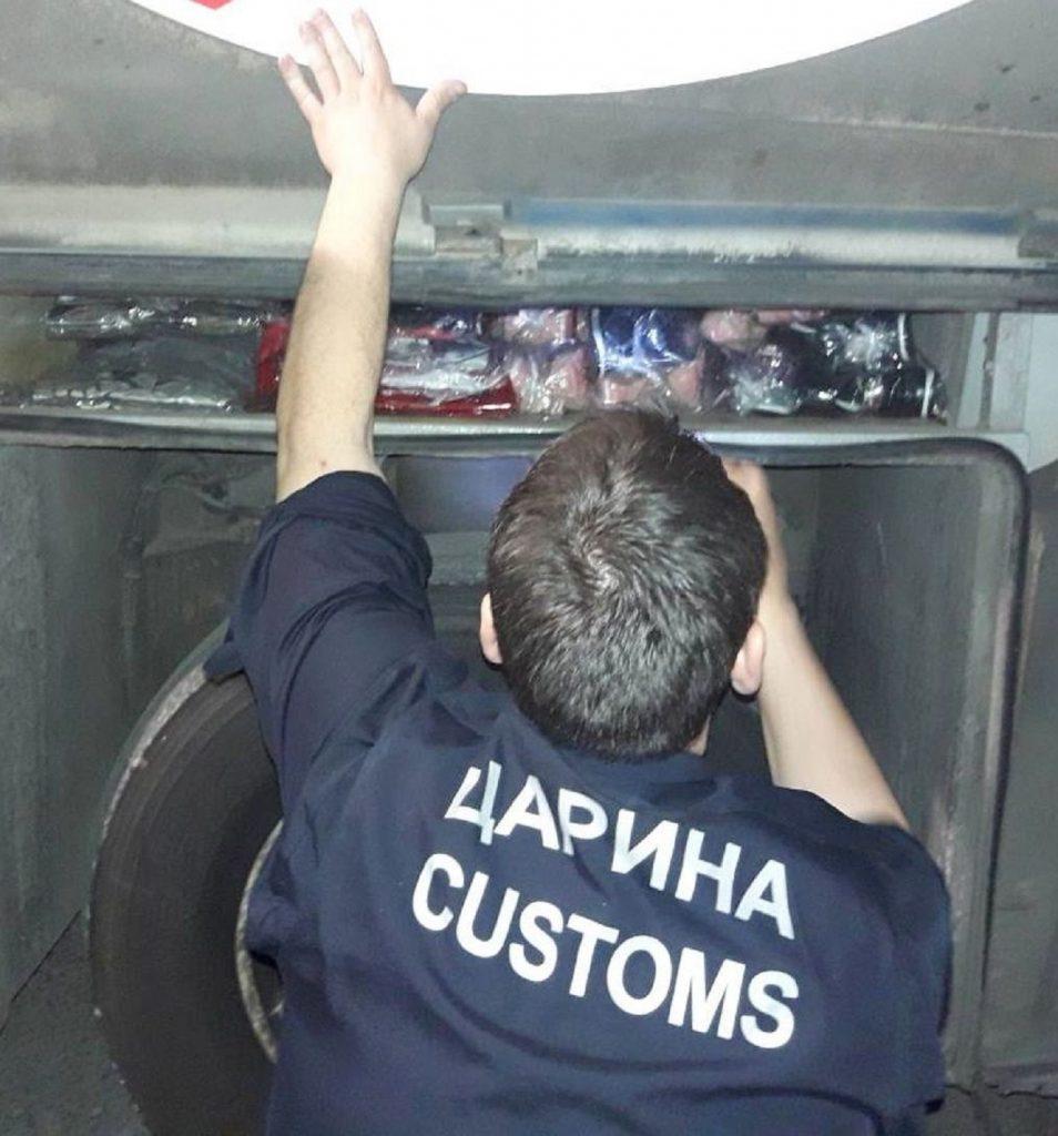 Vozač autobusa krio tajni tovar u šupljinama iznad točkova