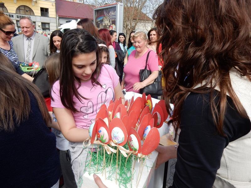 Žene deci delile uskršnja jaja