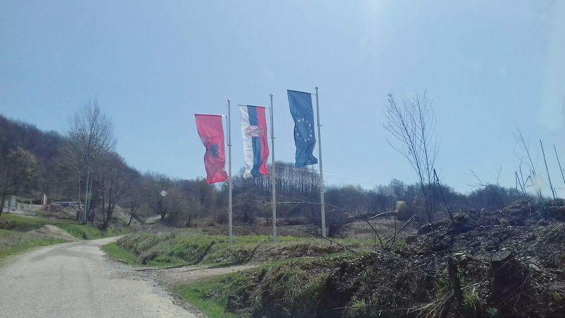 Zastave EU, Srbije i Albanije u ataru opštine Medveđa