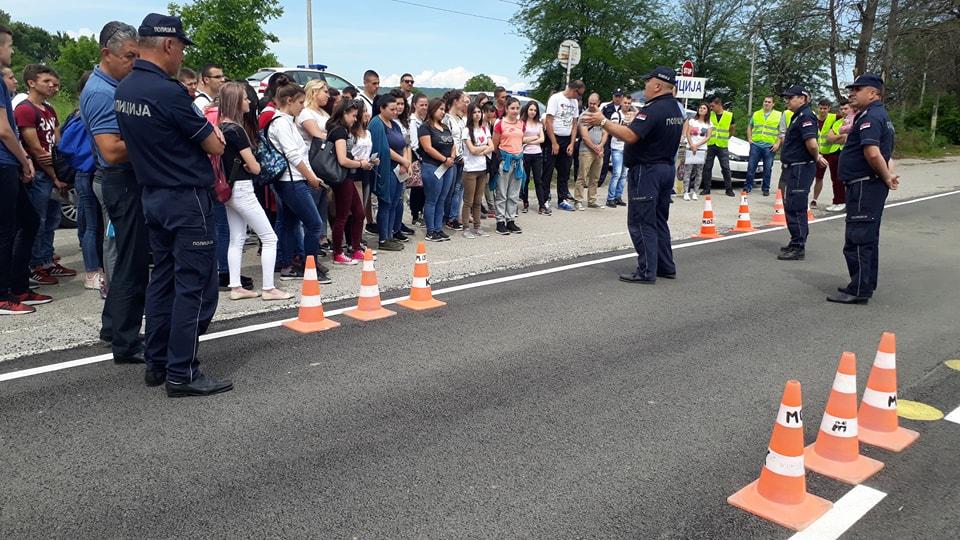 "Srednjoškolci gledali kroz ""pijane"" naočare i suočili se sa posledicama saobraćajnih nezgoda"