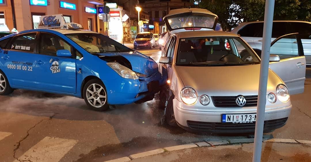 Devojke povređene u sudaru taksija i golfa