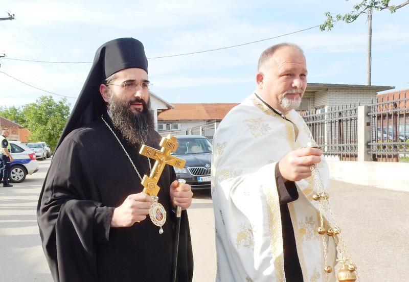 Episkop niški Arsenije osveštava novu crkvu u Gazdaru
