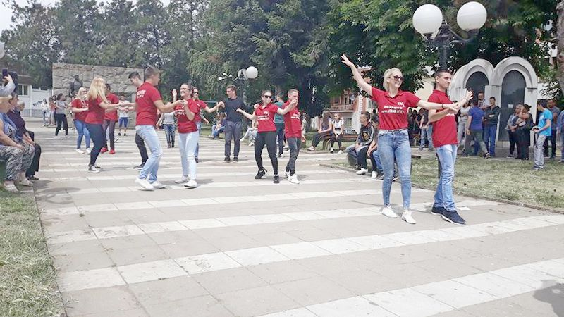 Plesali i maturanti u Bojniku