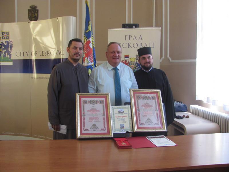 Čelnici Leskovca i Jablaničkog okruga donirali po hiljadu evra za oslikavanje Hrama