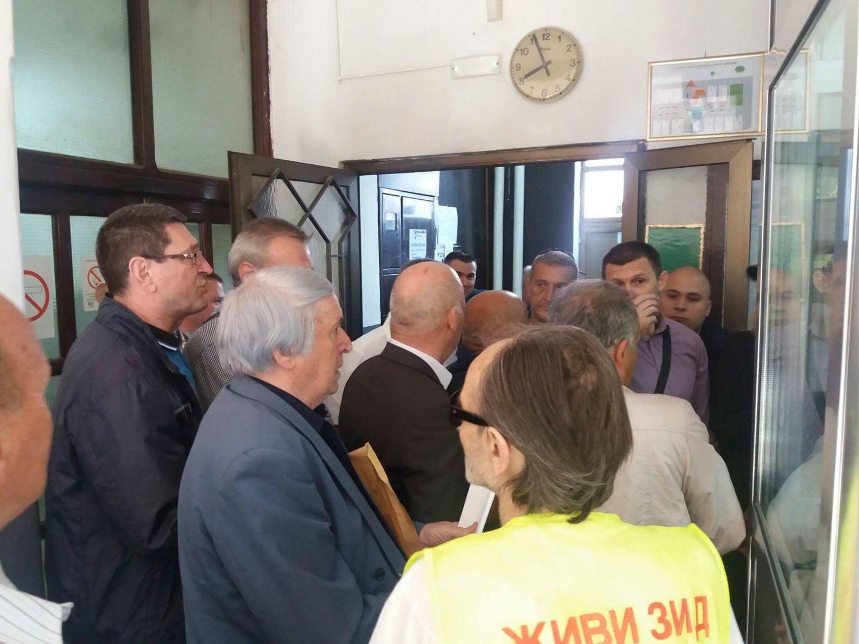 LEBANE POD OPSADOM Sprečen ulazak odbornicima i novinarima u Skupštinu (VIDEO)