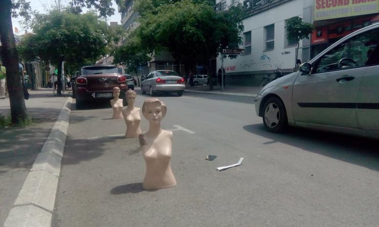 """Plastičnim lutkama """"rezervisao"""" parkiralište na kolovozu"""