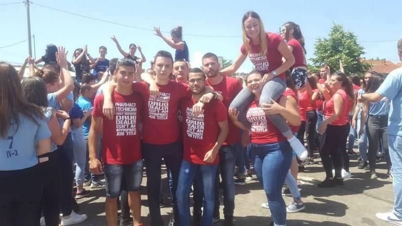 Uz trubače i DJ-a proslavili srednjoškolski rastanak (JUGMEDIA TV)