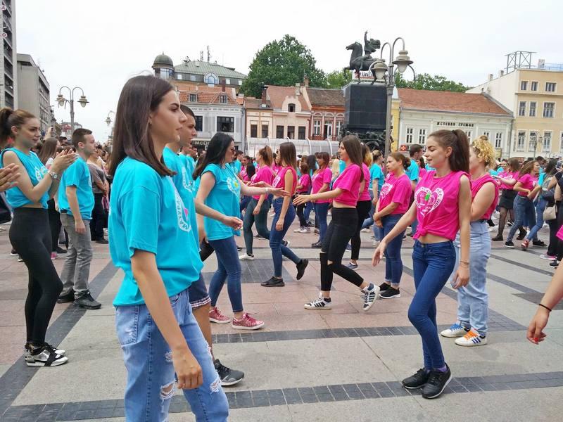 Maturanti plesali kadril u Nišu, Pirotu i Babušnici