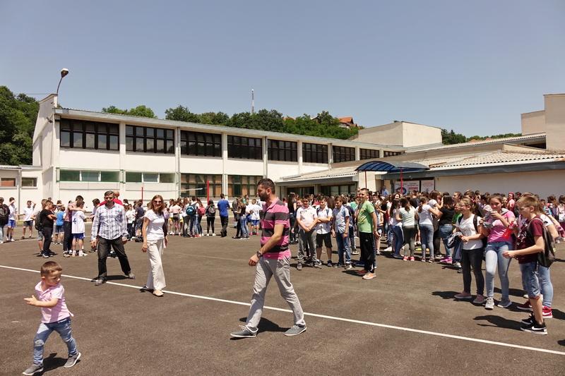 """Učenici Osnovne škole """"Sveti Sava"""" dobili novi sportski teren (VIDEO)"""