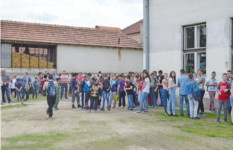 Izložbom prošetali kroz 140 godina istorije škole u Manojlovcu