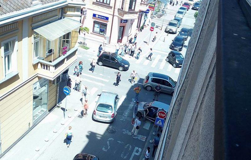 Taksi pokosio ženu na trotoaru