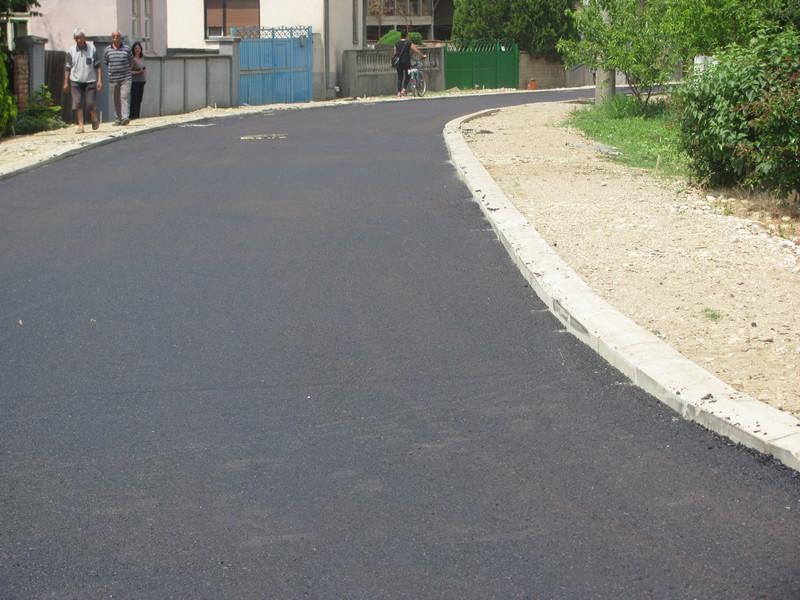 Prvi asfalt u Bratmilovcu posle 40 godina