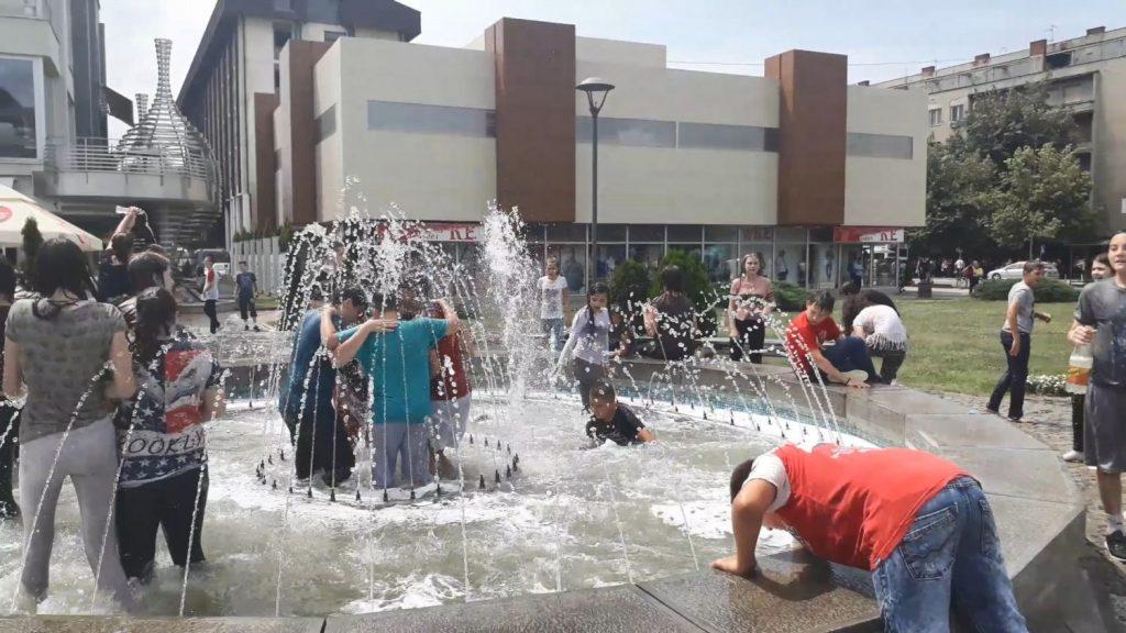 (FOTO VEST) Proslavili kraj školske godine kupanjem u fontani