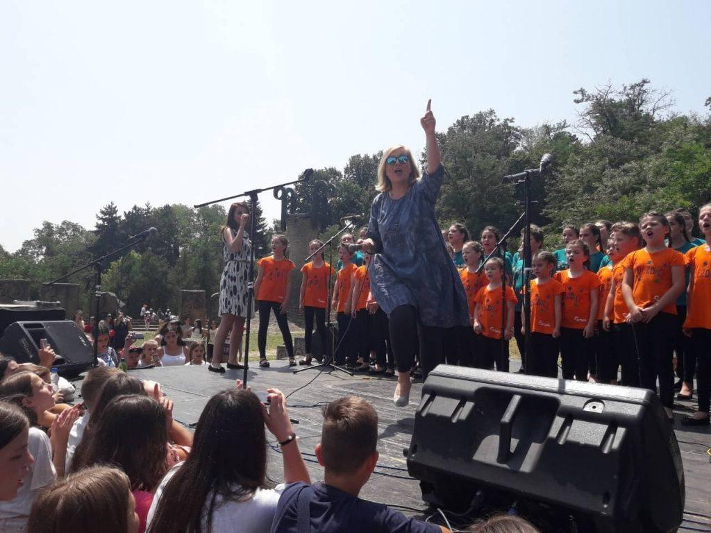 DEČJA FEŠTA: U Spomen parku k'o nekad za Dan mladosti, Leontina oduševila klince (JUGMEDIA TV)