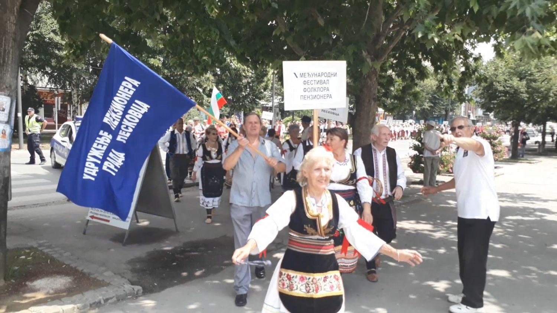 Kolo, veselje i trubači na Festivalu penzionera u Leskovcu (VIDEO)