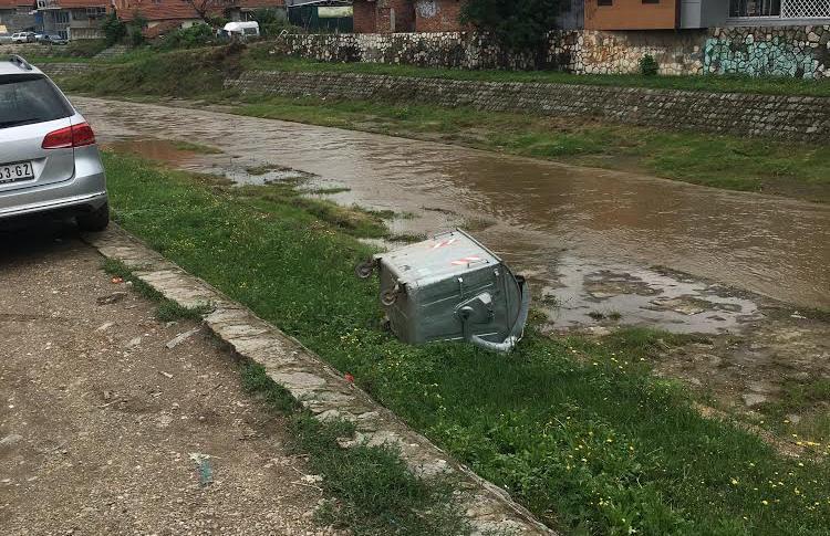 Kontejneri u Leskovcu i dalje PO NAVICI završavaju u reci (FOTO VEST)