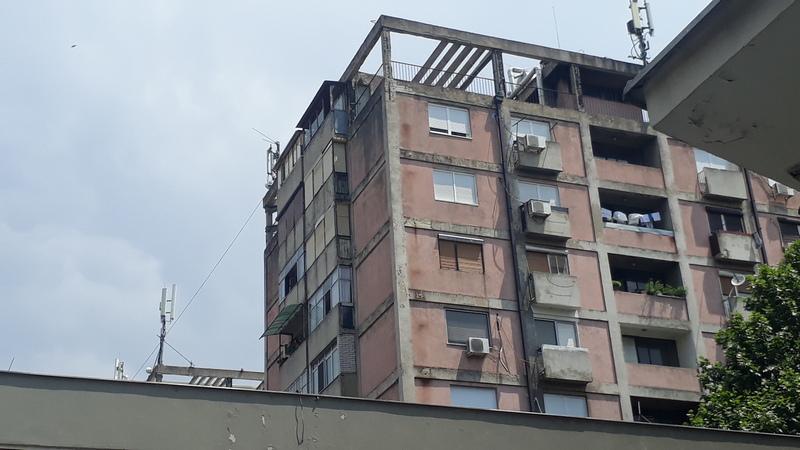 """Policajci sprečili mladića da skoči sa zgrade iznad """"Madere"""" (VIDEO)"""