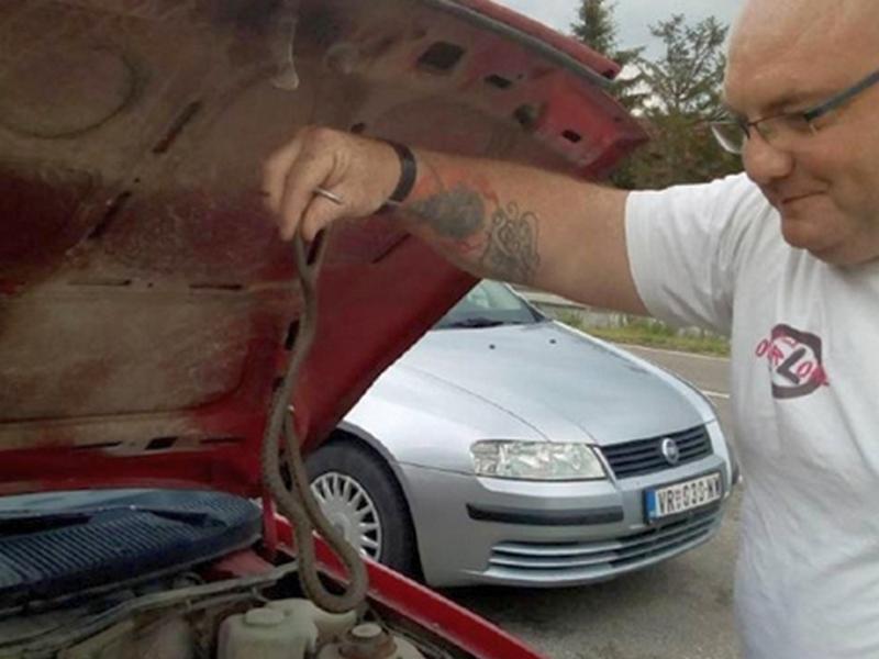U toku vožnje, iz haube automobila izvirila zmija (VIDEO)