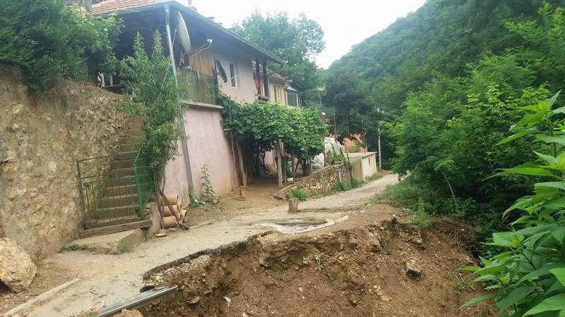 Krenulo klizište u Sijarinskoj banji, ugrožene četiri kuće