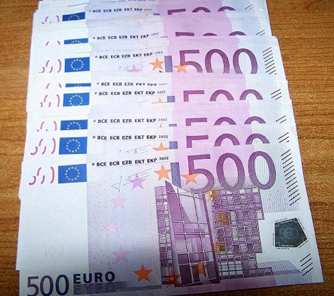 Radnik pronašao torbu sa štosovima od 500 evra a kao nagradu dobio – poljubac